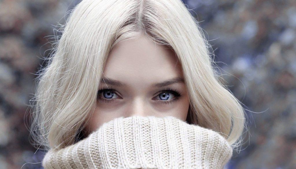 """alt=""""Femme à la peau hydratée en hiver"""""""